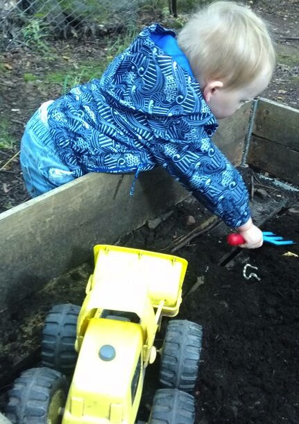 childrens-wood-playgroup-digging